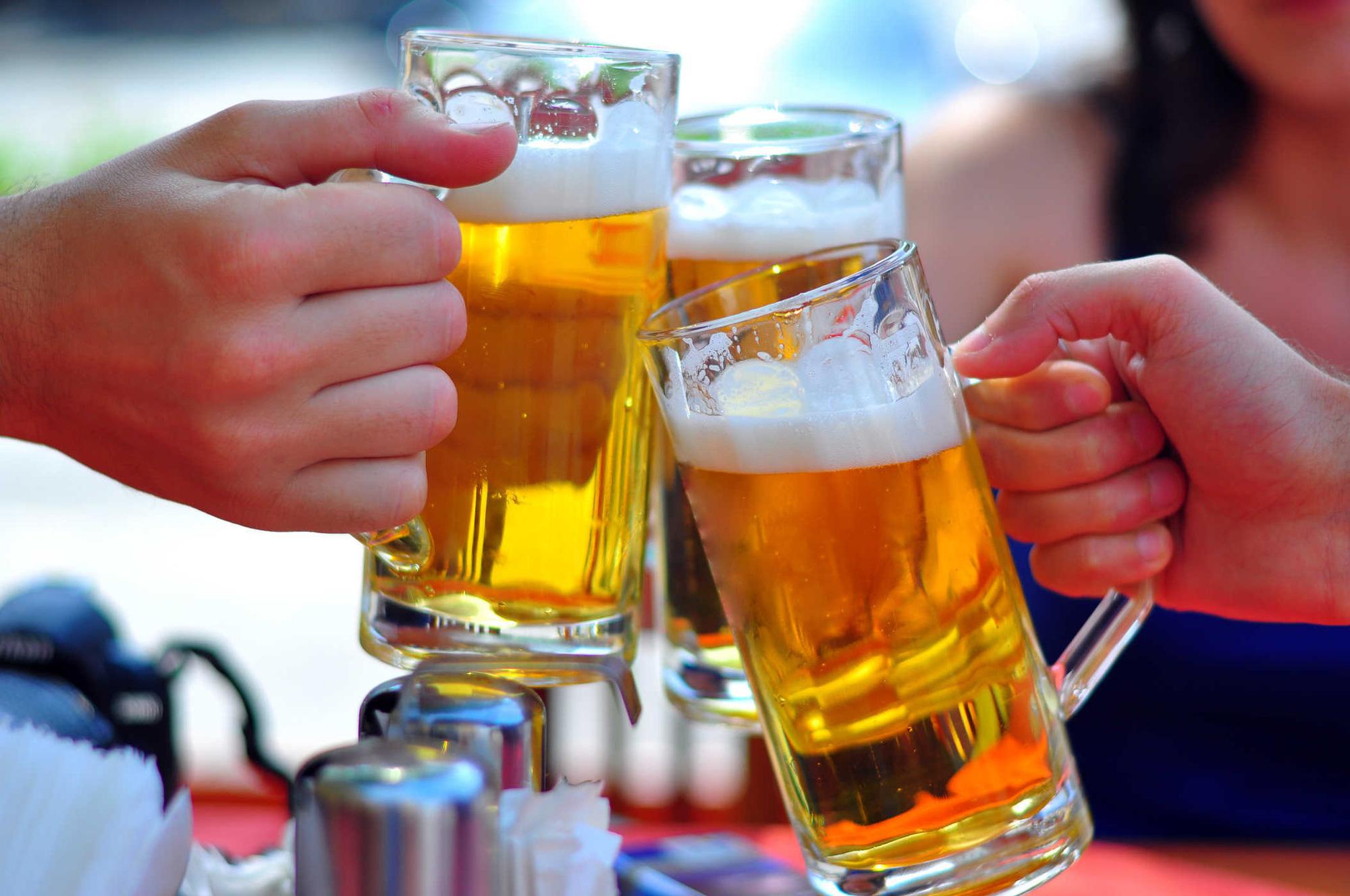 Bộ Y tế khuyến cáo mỗi ngày không uống quá 2 lon bia