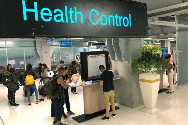 Khách du lịch làm thủ tục tại khu vực kiểm soát sức khỏe ở ga đến tại sân bay quốc tế Suvarnabhumi, Bangkok, Thái Lan, hôm 19/1.