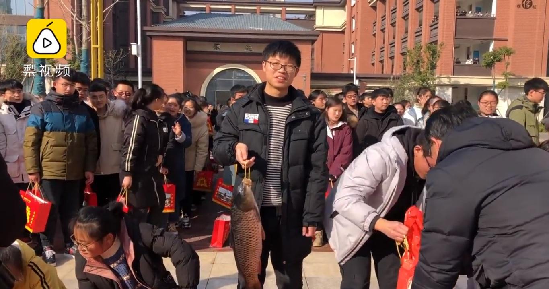 Một số học sinh chọn đôi cá chép cho ngày lễ.