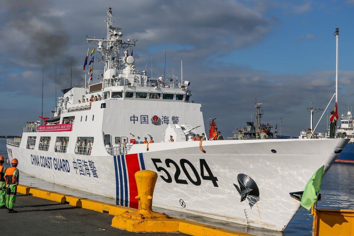 Tàu hải cảnh 5204 của Trung Quốc đến thăm xã giao Manila được người Philippines chào đón một cách nghi ngại - Ảnh: Xinhua