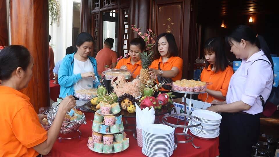 Bựa tiệc buffet với đầy đủ vị mặn, ngọt, chua, cay được bày trí ngoan lành, đẹp mắt thu hút nhiều gia đình cùng tham gia.