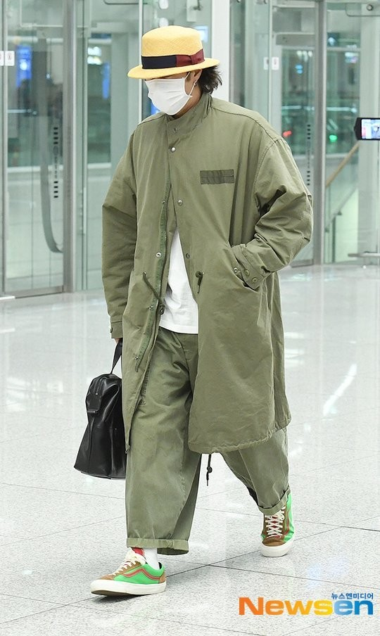 Đặc biệt, phong cách thời trang khó hiểu của So Ji Sub nhiều lần loạt vào ống kính phóng viên. Mặc quần áo màu xanh, giày neon và đội mũ có quy băng đỏ… tại sân bay di chuyển.