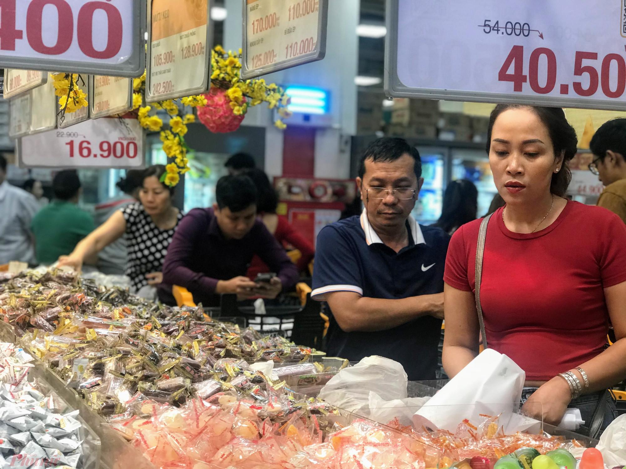 Tại siêu thị Emart quận Gò Vấp, khách chen nhau mua kẹo, mứt, hạt, thạch,...
