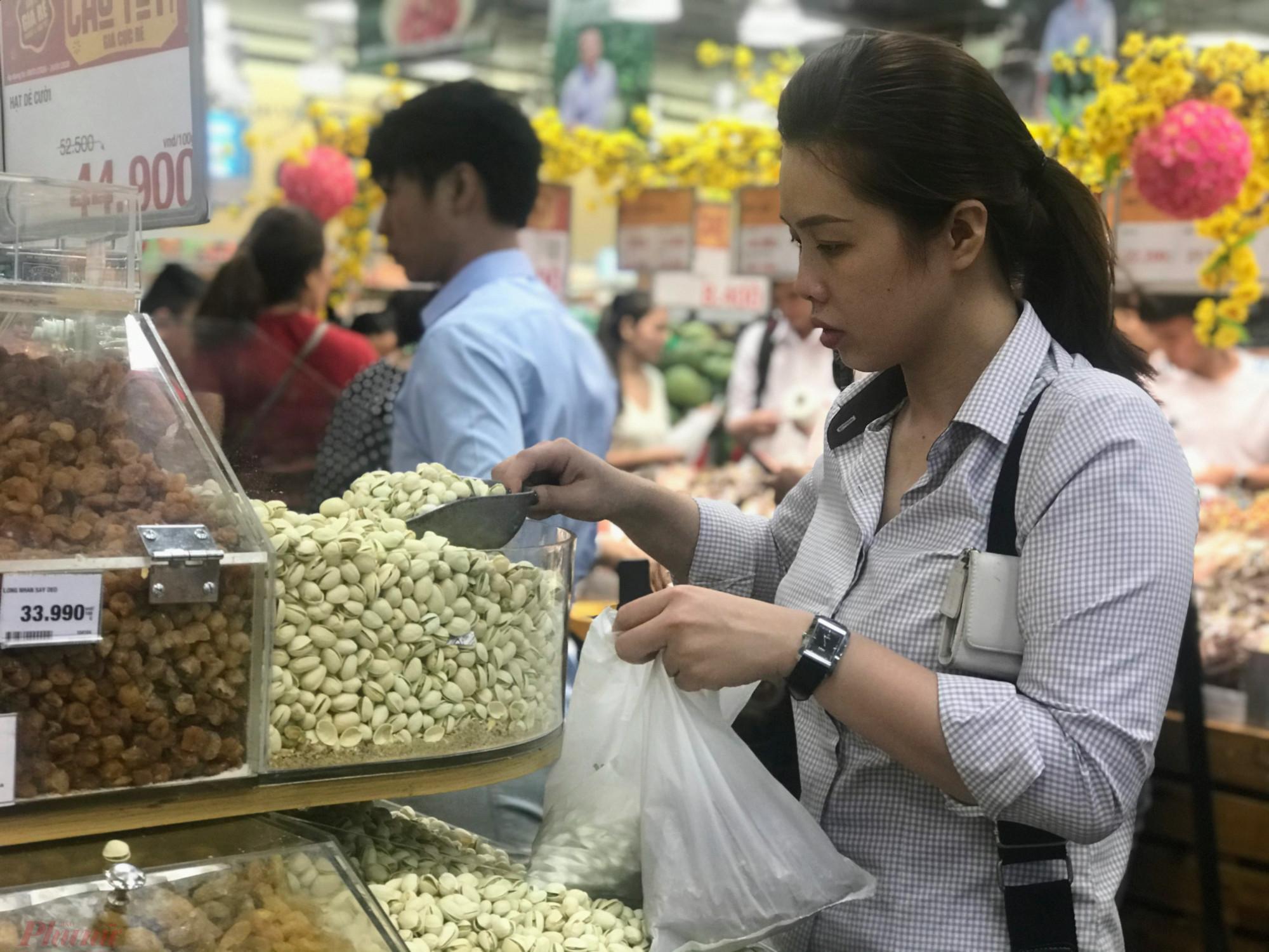 Theo đó giá kẹo mứt dao động từ 120.000-300.000 đồng/kg. Khách mua nhiều các loại mứt bí, rừng, mãng cầu, hạt dẻ cười, hạt điều,...