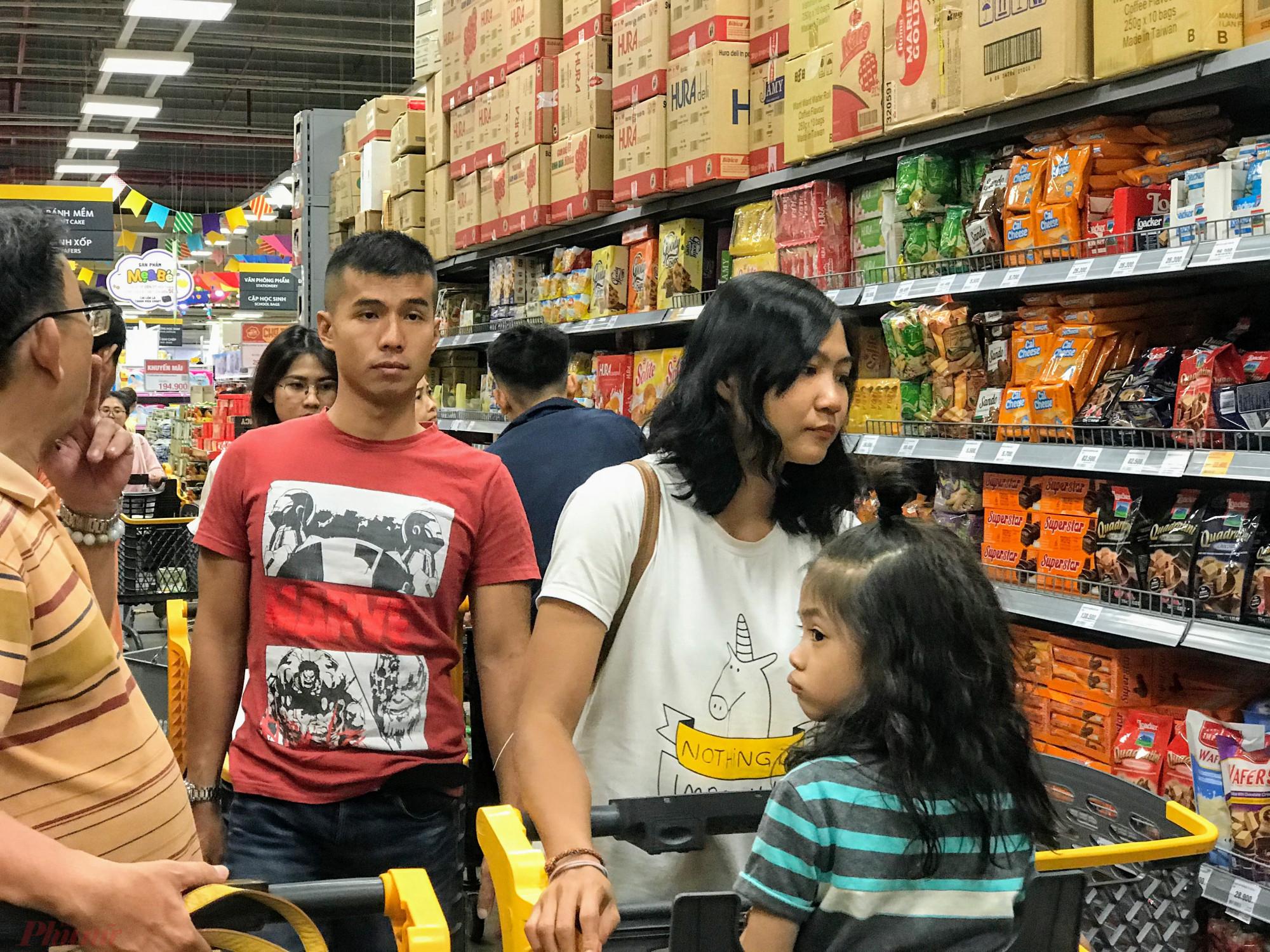 Một số khu vực bán gia vị, thực phẩm ăn liền luôn tắt đường vì khách hàng đổ đến khá đông.