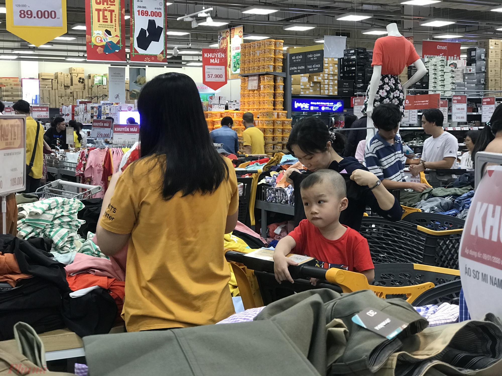 Khu vực mua sắm quần áo cũng khá thu hút khách hàng.
