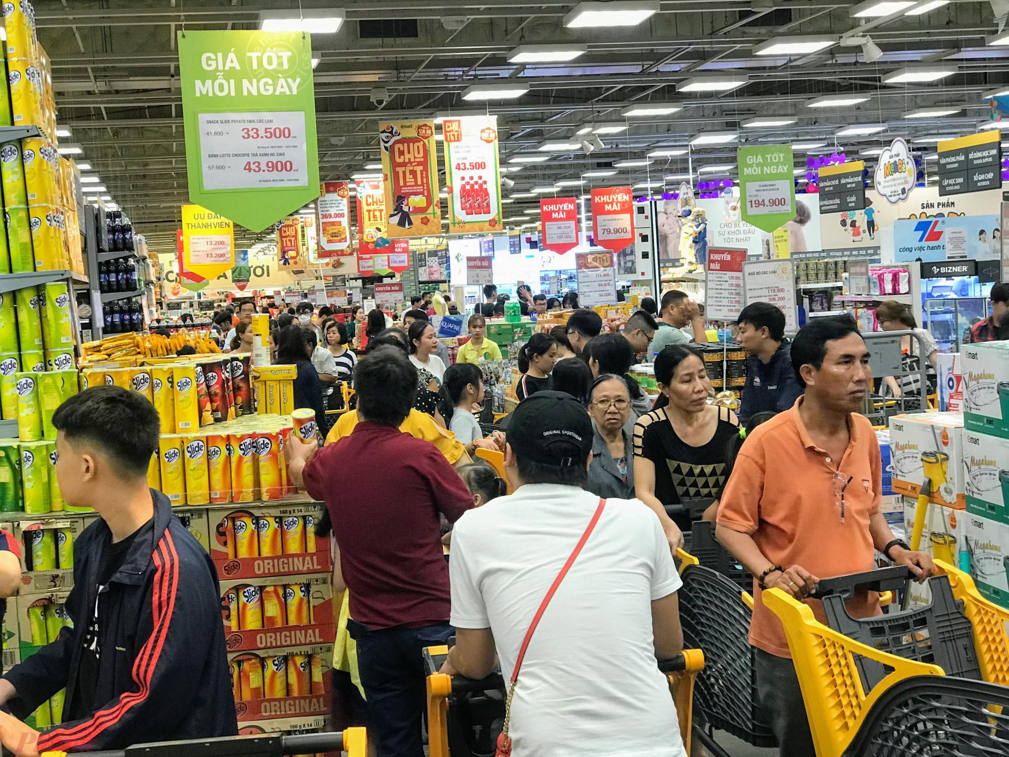 Ghi nhận của phóng viên chiều 20/1 (26 Âm lịch) tại nhiều siêu thị TPHCM khách đổ xô mua sắm khá đông, tập trung nhiều ở các quầy thực phẩm, bánh mứt, gia vị, bia, nước ngọt, quần áo,...