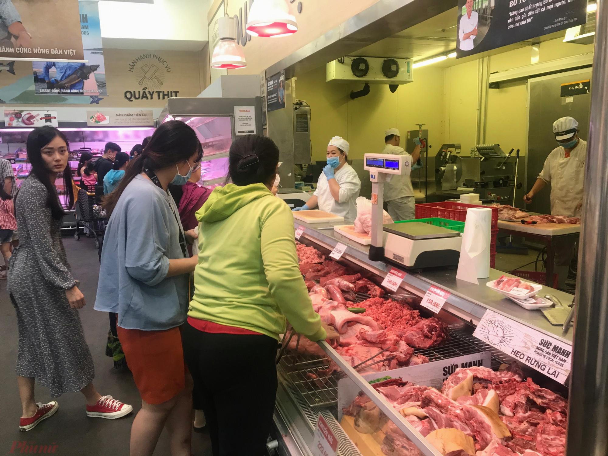 Quầy hàng tươi sống như thịt heo, bò, cá, tôm,... khá hút khách. Mặc dù trong cơn