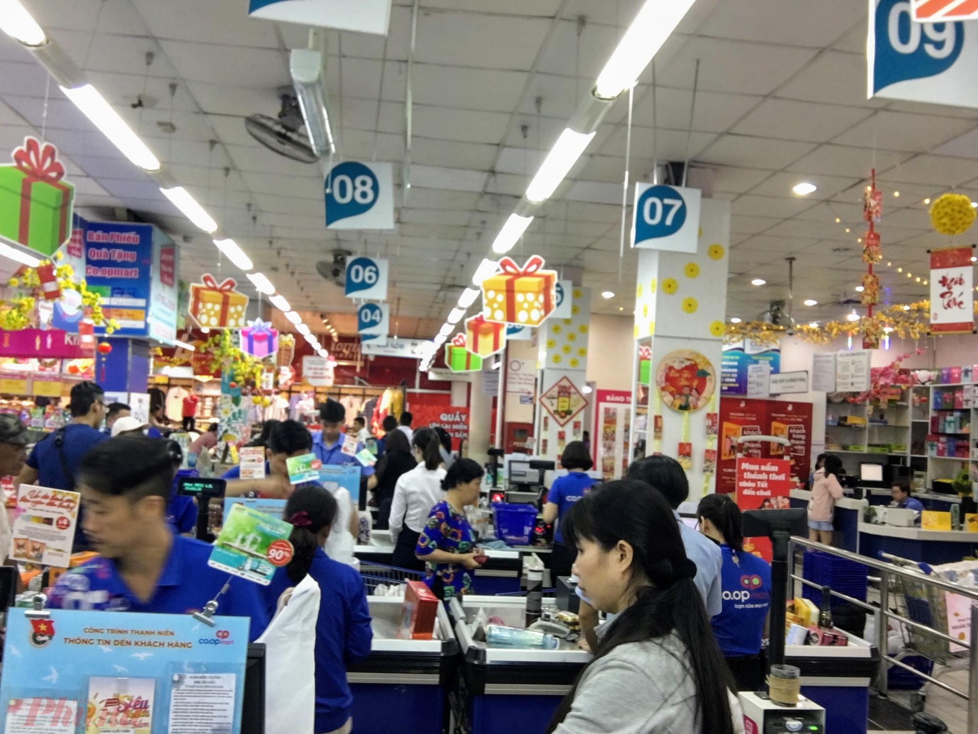 Tại két tính tiền, nhân viên của siêu thị còn đông hơn khách hàng.