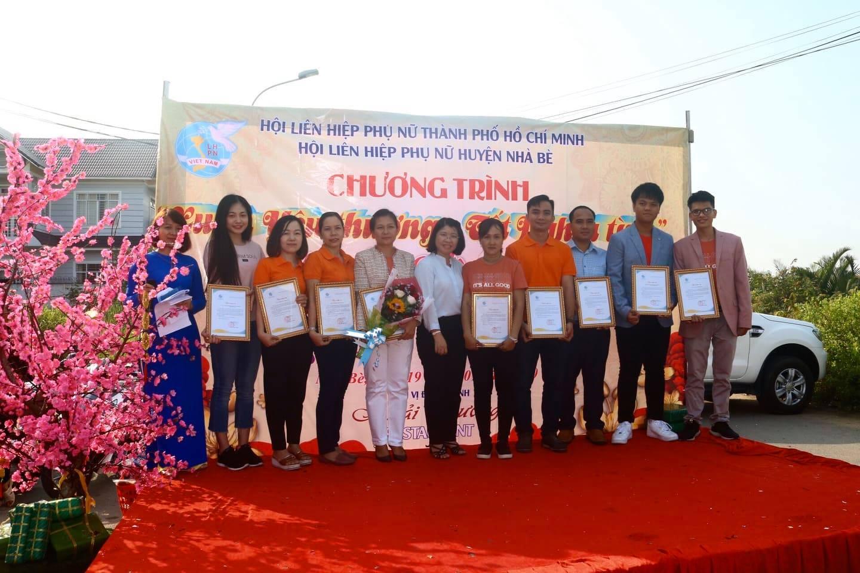 Bà Trần Thị Huyền Thanh- Phó chủ tịch Hội LHPN TP.HCM (giữa) trao thư cảm ơn cho bà Nguyễn Thị Hồng Huế (cầm hoa) và các nhà hảo tâm.