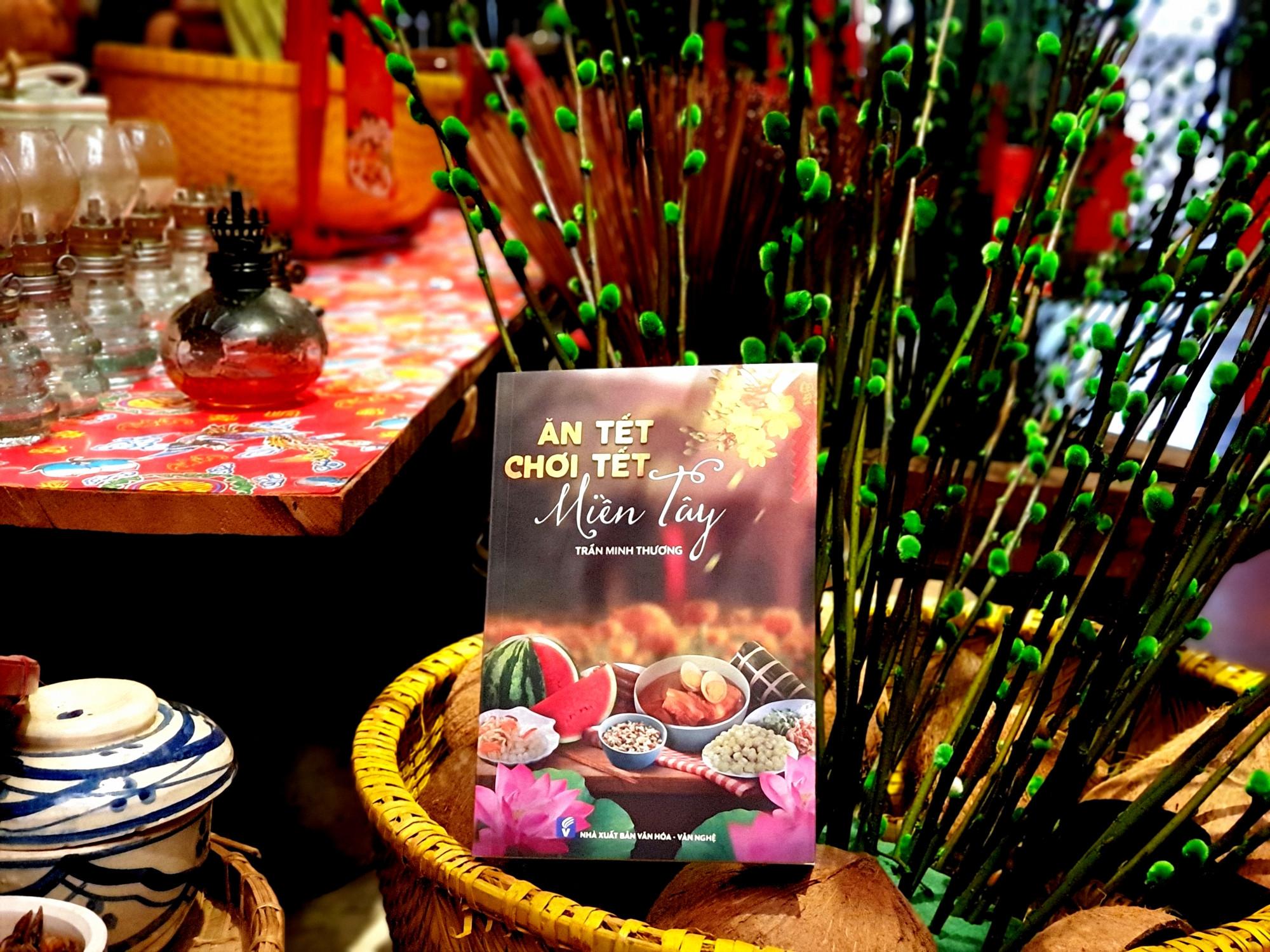 Cuốn sách bao gồm nhiều câu chuyện lý giải về nhiều phong tục ăn Tết của người miền Tây