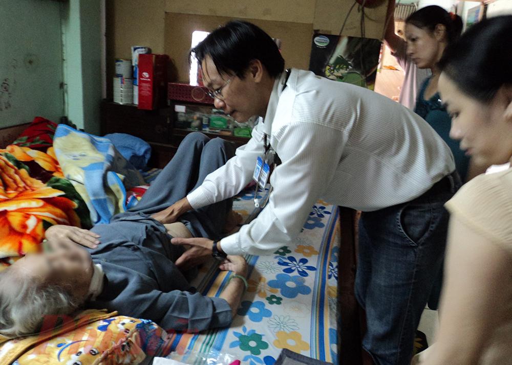 Theo lịch hẹn, bác sĩ sẽ đến tận nhà khám và giải thích cặn kẽ những vấn đề ủa người bệnh cho cả bà và người thân trong nhà.