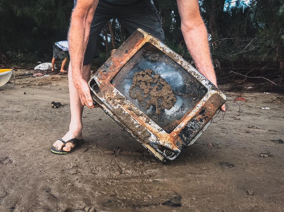 Chiếc ti vi với vô số chi tiết linh kiện bằng chì và các kim loại độc haị, không rõ vì sao lại nằm dưới lòng sông