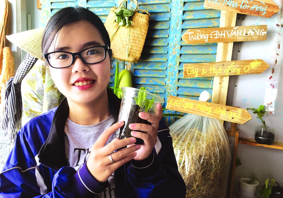 Thu Hiền bên shop tặng cây, hạt giống ở quận Gò Vấp