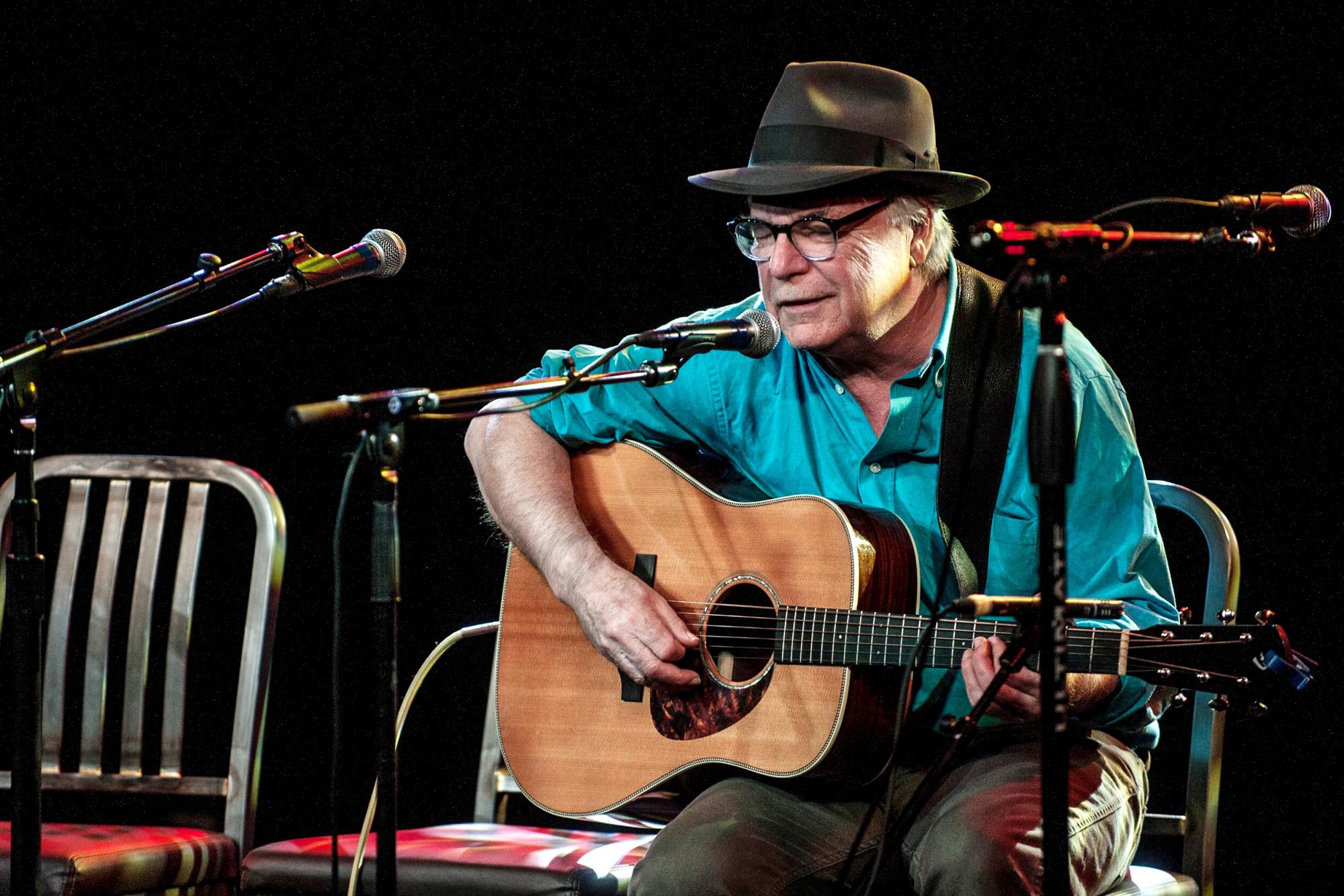 David Olney đột tử khi đang biểu diễn trên sân khấu.