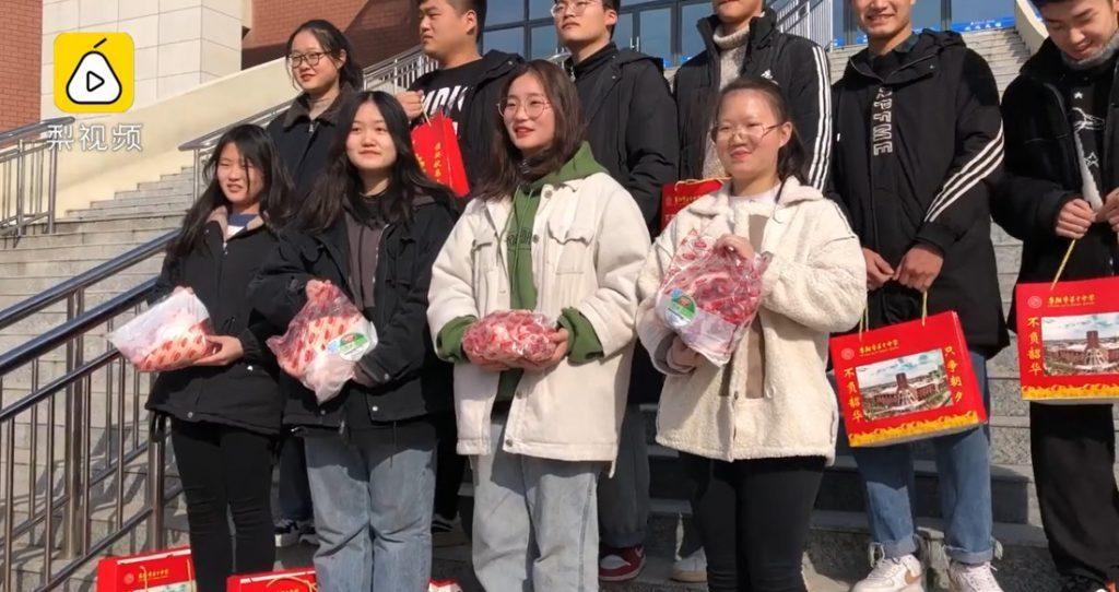 Các học sinh ưu tú của trường được chọn giữa 2,5kg thịt heo hoặc hai con cá chép lớn.
