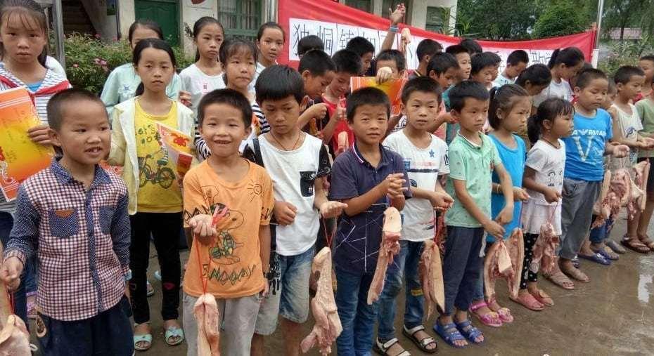 Trường tiểu học nông thôn ở Quảng Tây cũng dùng thịt heo làm quà cho các em vào năm 2018, nhưng không rõ liệu sáng kiến này có áp dụng được trong năm nay hay không.