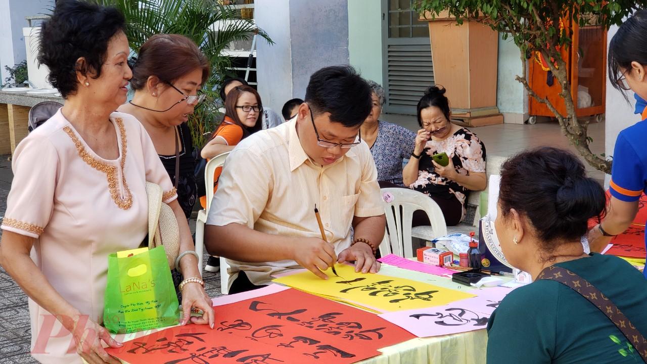 Người dân đến tham gia ngày hội và xin chữ đầu năm.