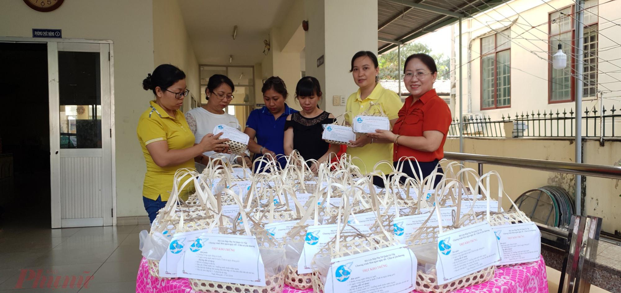 Những phần thịt kho hột vịt được Hội LHPN quận Gò Vấp kho và trao tặng cho nữ công nhân không có điều kiện về quê ăn tết.