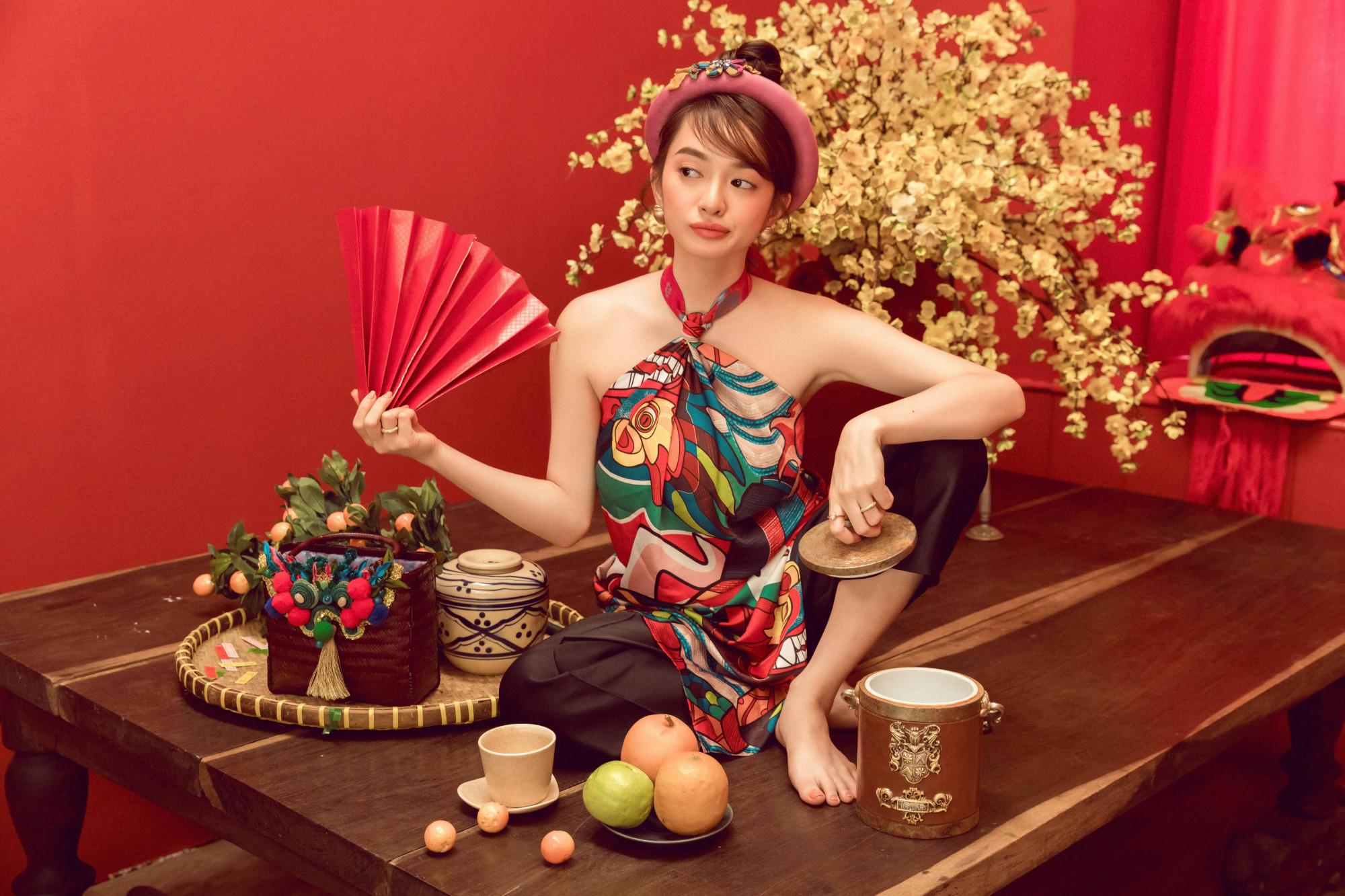 Từ bỏ phong cách quyến rũ thường thấy, Kaity Nguyễn lột xác khi hóa thân thành nàng xuân miền Bắc lém lỉnh, đáng yêu.