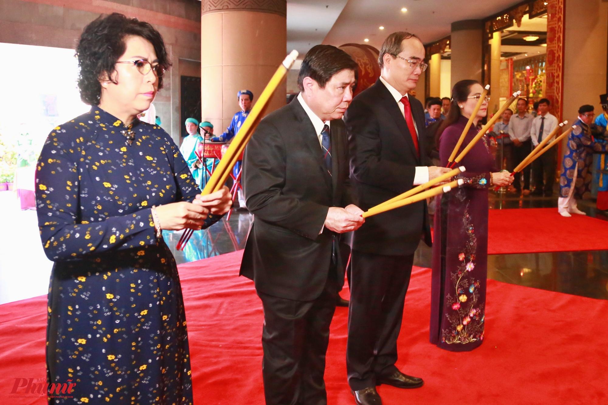 Đoàn lãnh đạo Thành ủy, HĐND, UBND, UBMTTQ Việt Nam TP.HCM dâng hương Quốc Tổ Hùng Vương