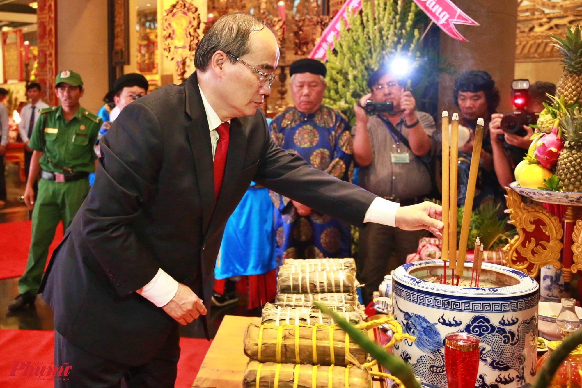 Bí thư Thành Ủy TP.HCM dâng hương tại Công viên Lịch sử - Văn hóa Dân tộc (phường Long Bình, quận 9, TP.HCM)