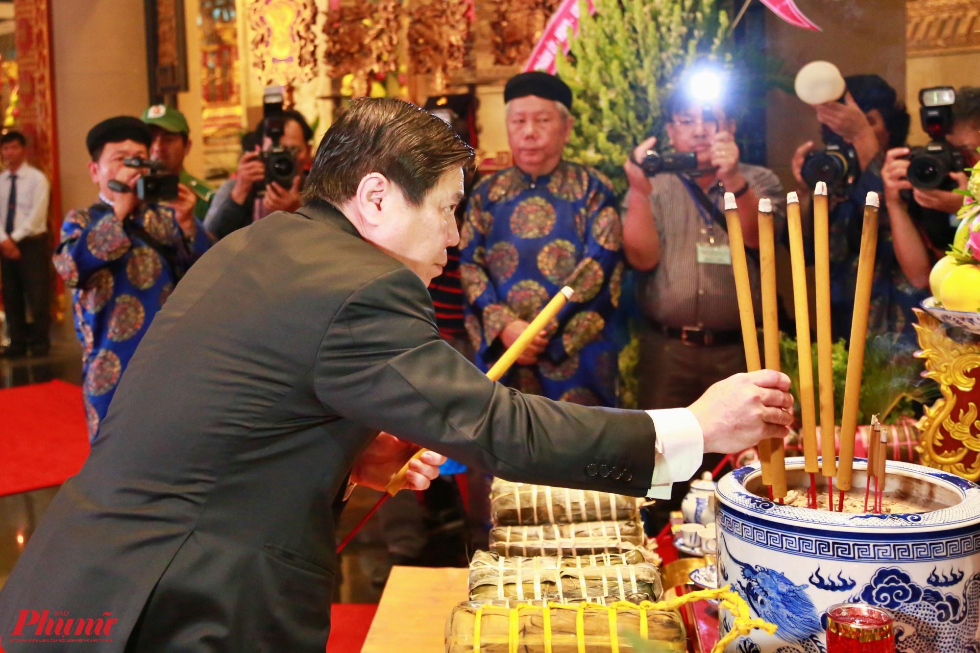 Chủ tịch UBND TP.HCM Nguyễn Thành Phong dâng hương Quốc Tổ Hùng Vương