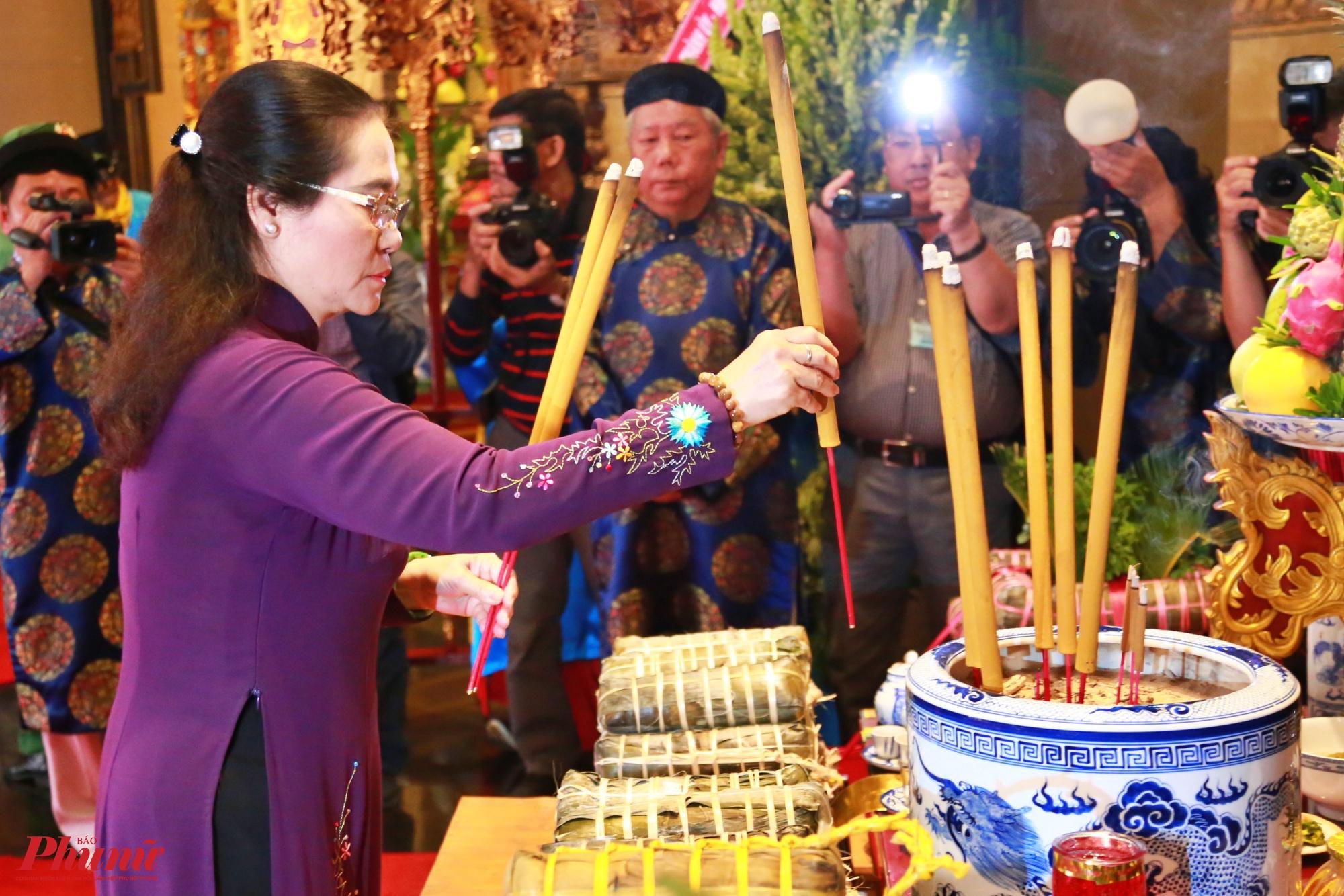Bà Nguyễn Thị Lệ - Phó Bí thư Thành ủy, Chủ tịch HĐND TP.HCM dâng hương