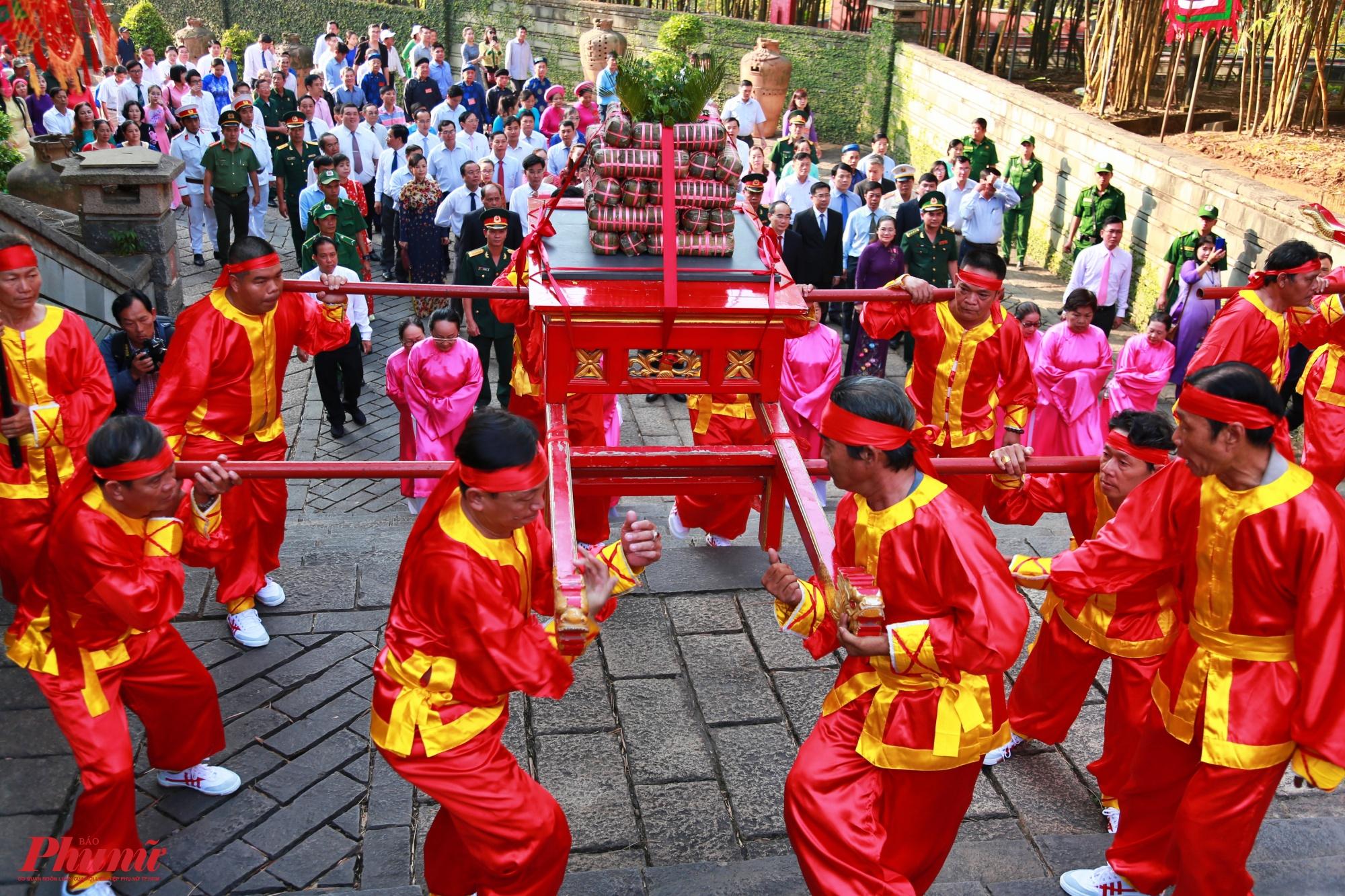 Đội nghi thức tiến về đền Hùng, thực hiện nghi lễ dâng cúng.