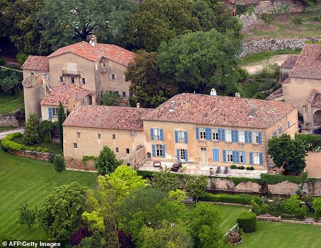 Hình ảnh lâu đài ở miền Nam nước Pháp của cặp đôi được chụp từ trên cao