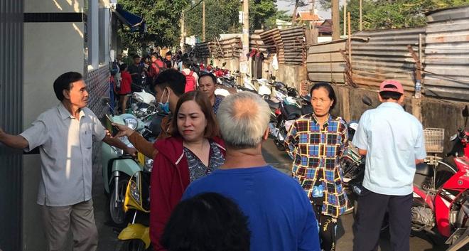 Người dân tập trung đông trước hiện trường vụ cháy.