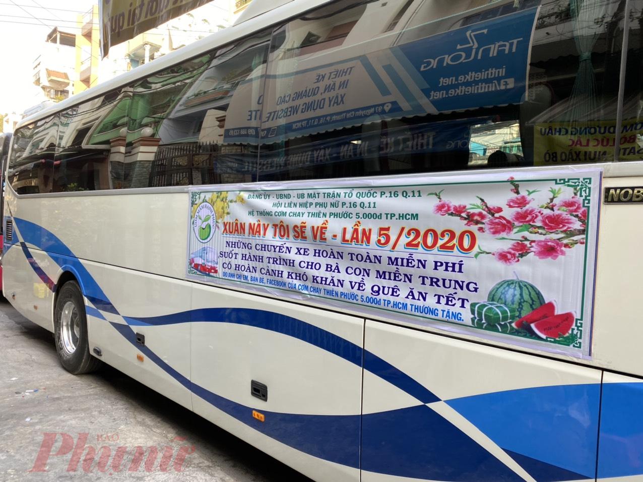 Chuyến xe yêu thương ngày xuân chở người lao động nghèo về quê đón Tết, xum họp cùng gia đình.