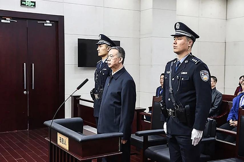 Ông Mạnh Hồng Vĩ lắng nghe kết luận trong phiên tòa ngày 21/1.