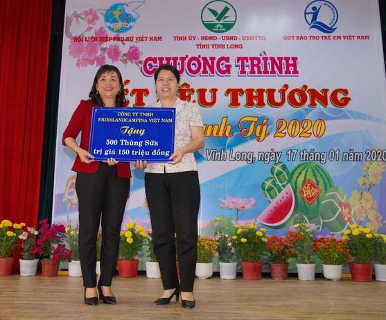 Bà Lê Thị Thúy Kiều (trái), Chủ tịch Hội LHPN tỉnh Vĩnh Long, đại diện trẻ em nghèo nhận 500 thùng sữa của Công ty FrieslandCampina Việt Nam. Ảnh do FrieslandCampina cung cấp