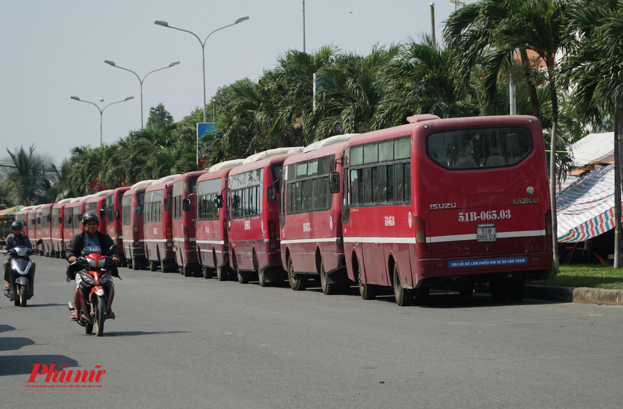 Các xe buýt cuta HTX Thanh Sơn nối hàng dài trên đường Nguyễn Thị Định (Cái Lái, quận 2)