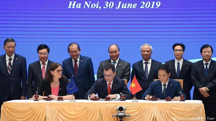 Các quan chức EU và Việt Nam ký EVFTA tại Hà Nội vào tháng 6/2019. Thỏa thuận vẫn cần được thông qua bởi Nghị viện châu Âu.