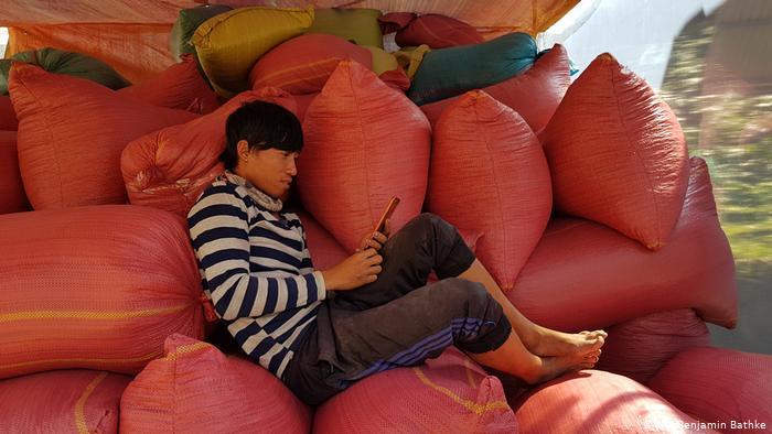 Các chuyên gia cho rằng Việt Nam vẫn cần cải thiện quyền lợi cho người lao động và tính minh bạch, rõ ràng của hệ thống hành chính.