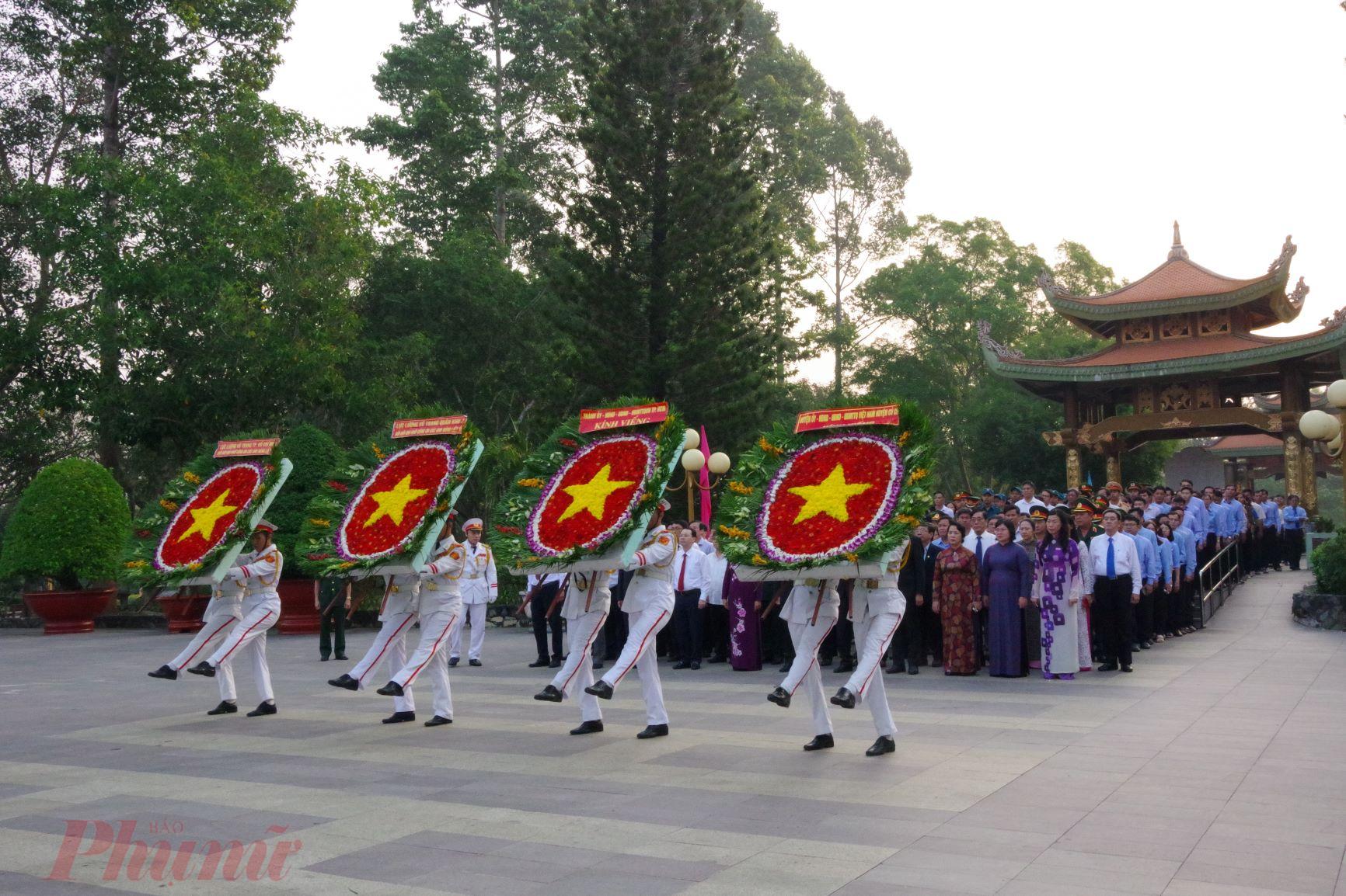 Đoàn đại biểu tiến vào dâng hương tại Đền Tưởng niệm liệt sĩ Bến Dược, huyện Củ Chi.