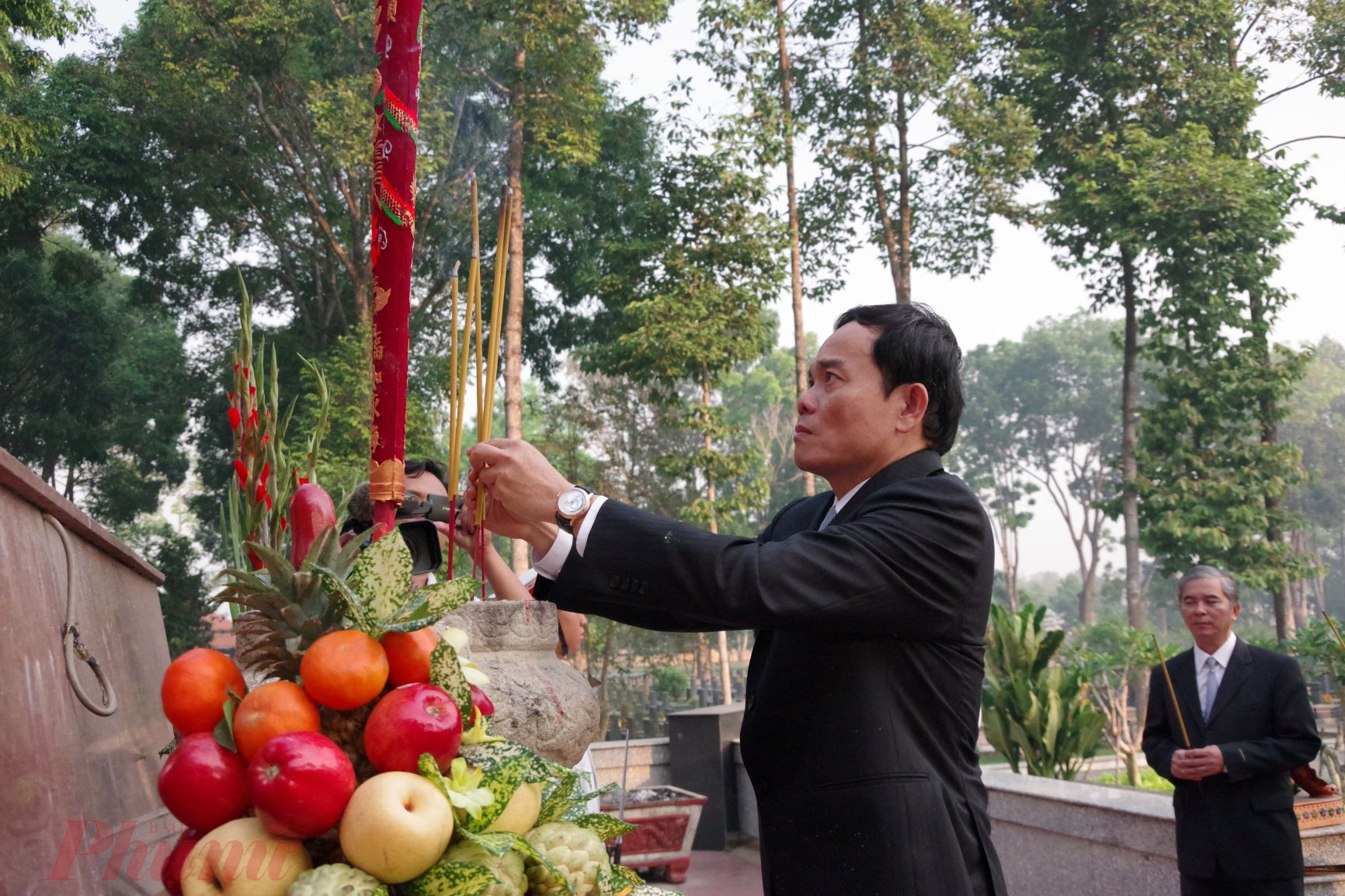Đồng chí Phó Bí thư Thường trực Thành ủy Trần Lưu Quang dâng hương tại Nghĩa trang liệt sĩ huyện Củ Chi.
