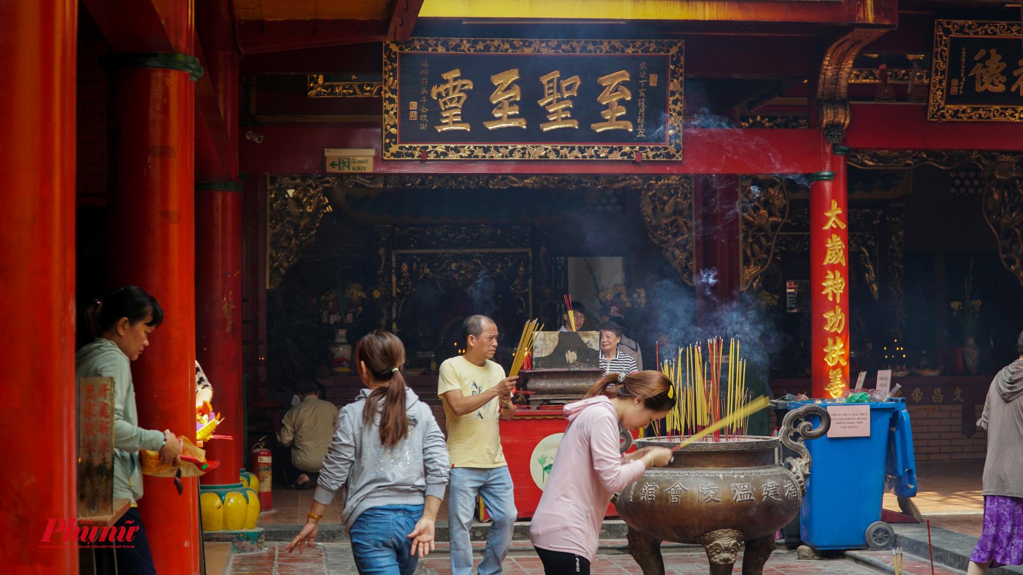 Người người đi chùa cầu ăn dịp Tết Nguyên Đán 202o