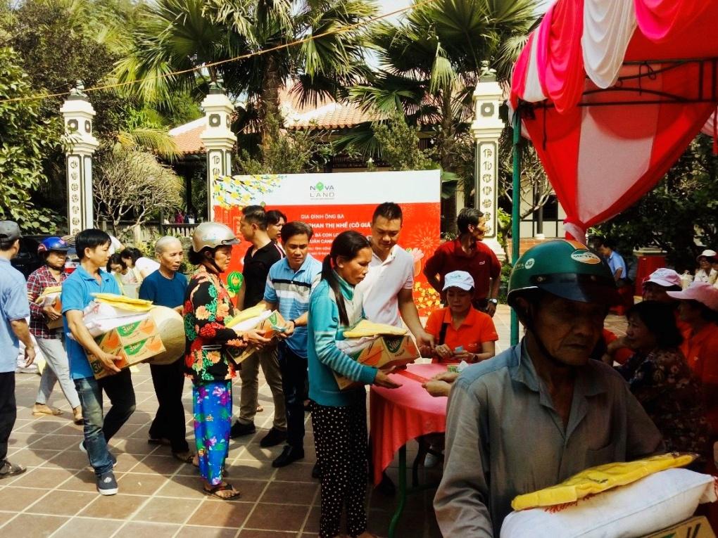 Hàng trăm phần quà tết trao tặng bà con có hoàn cảnh khó khăn tại xã Long Khánh, tỉnh Đồng Tháp do Tập Đoàn Novaland phối hợp cùng gia đình cô giáo Nhế tổ chức. Ảnh Novaland