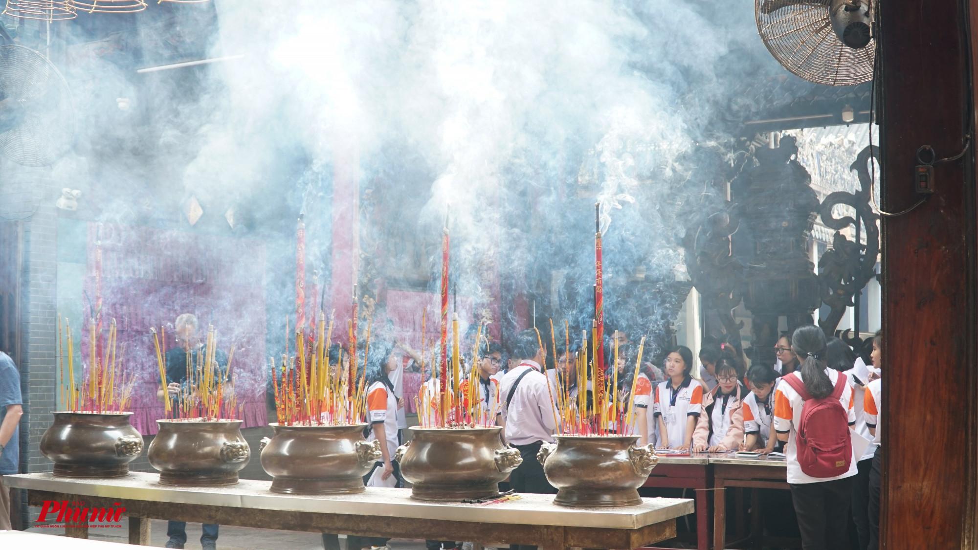 Đặc biệt của các Hội quán là khói nhang mịt mù