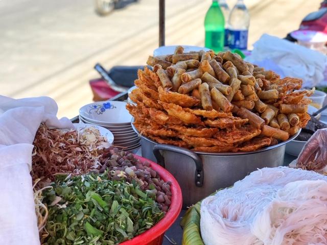 Các xe/ gánh bán bún nước lèo xuất hiện ở các khu chợ, trên con đường lẫn các nhà hàng sang trọng ở Trà Vinh