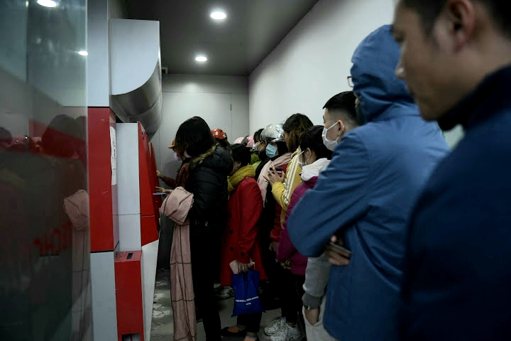 Thậm chí có nơi vẫn đông như vậy khiến nhiều người tỏ ra mệt mỏi.