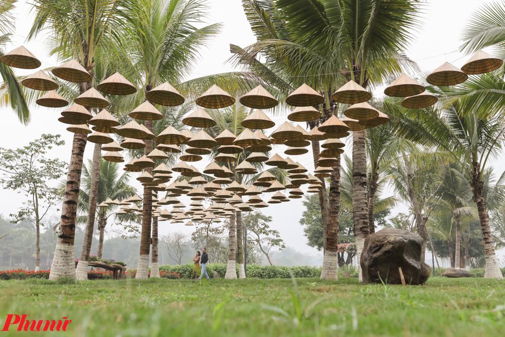 Một trong những tiểu cảnh đặc biệt, được trang trí bằng nón lá đặc trưng của người Việt.