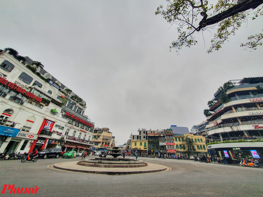Nhắc đến Tết tại Hà Nội thì không thể quên được khung cảnh vắng vẻ lạ thường của Thủ đô những ngày mùng 1 Tết. Vào những ngày này, người dân, khách du lịch có thể tận hưởng một thanh phố không tiếng ồn, không tắc đường