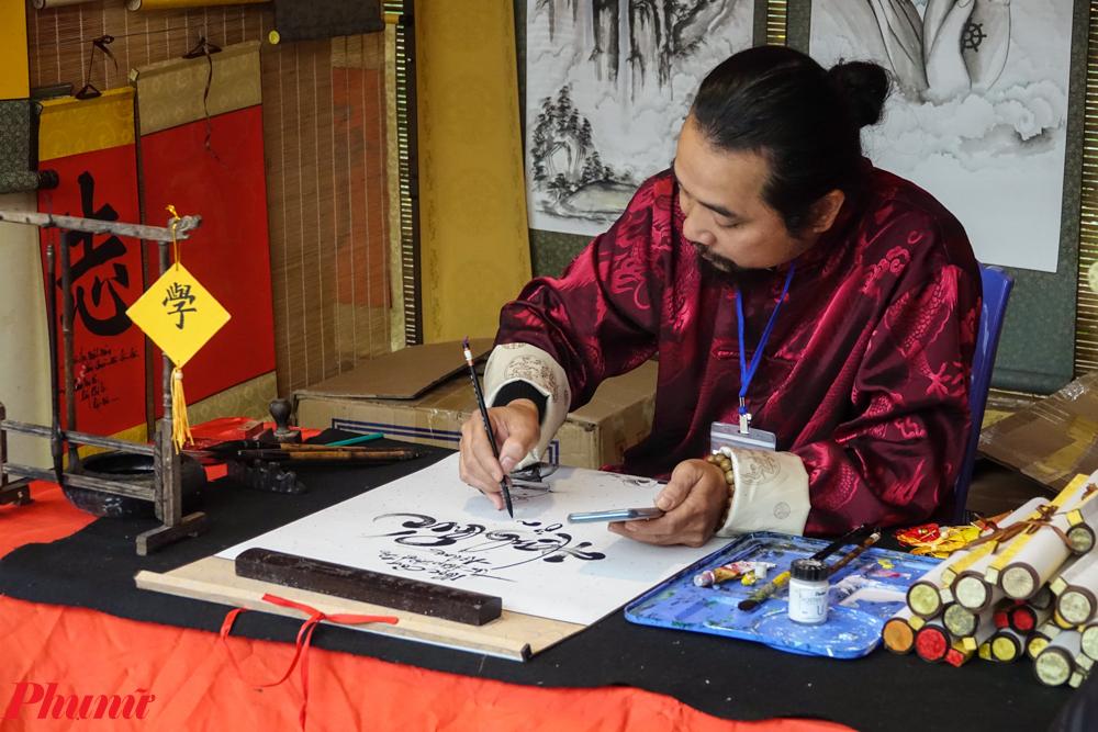 Tục xin chữ đã rất quen thuộc với người dân Hà Thành, nhất là vào ngày mùng 1 Tết, tại khu vực Hồ Văn - Văn Miếu sẽ thu hút hàng ngàn người đến xin chữ.