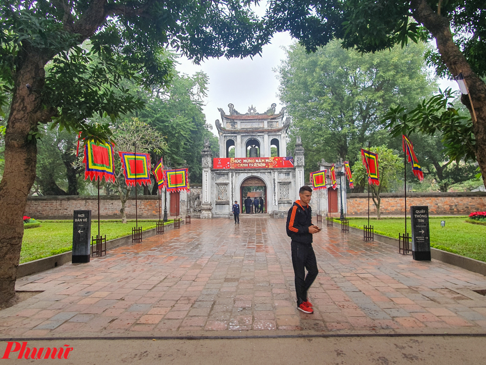 Tiếp đó phải kể đến các chương trình Tết tổ chức tại Văn Miếu Quốc tử giám, trường Đại học đầu tiên của Việt Nam với khung cảnh cổ kính, nguyên bản.