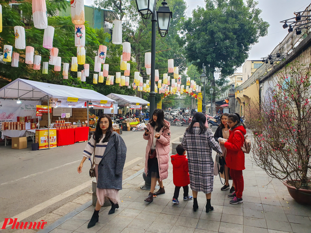 Trong vài ngày trở lại đây, lễ hội phục vụ người dân đón Tết cũng được tổ chức với những hàng quán làm theo kiểu cũ, mang đậm phong cách cổ truyền dân tộc.