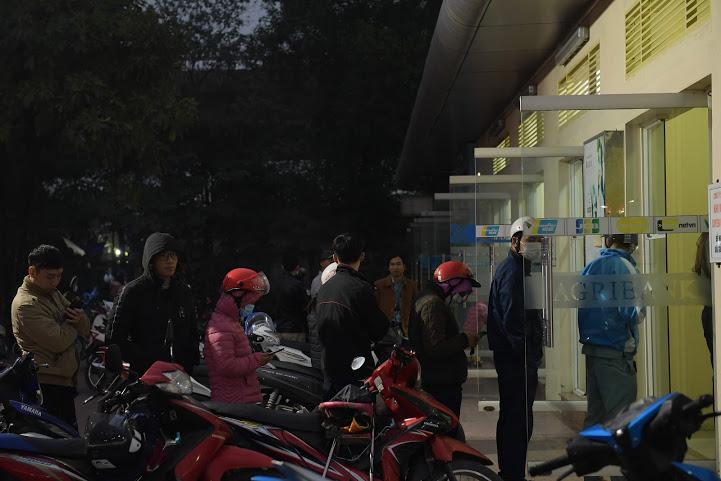 Nhiều người dân đến vào lúc tối muộn ngày 20/1 cho vãn người những vẫn phải xếp một hàng dài.
